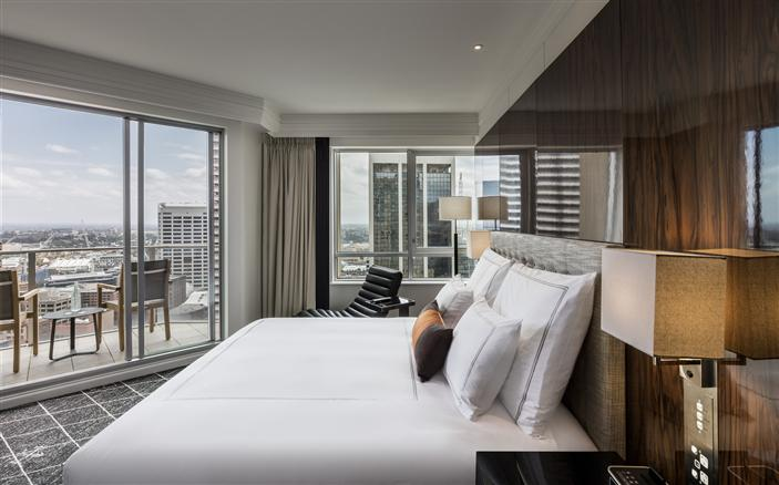 Luxury balcony hotel room swissotel sydney for Hotels with balconies